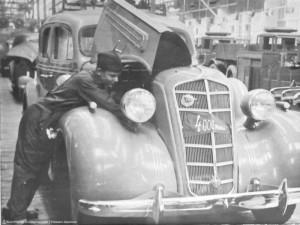 Сборка 4-тысячного легкового автомобиля высшего класса ЗИС-101. 1938 г.