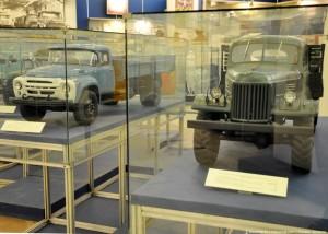 Грузовой автомобиль ЗИЛ-130 и транспортный автомобиль повышенной проходимости ЗИЛ-157.
